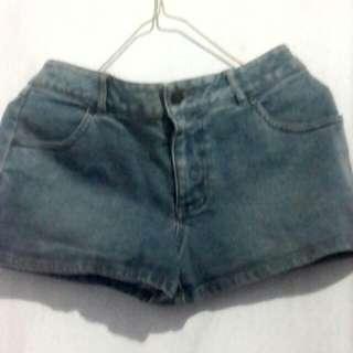 Celana jins pendek