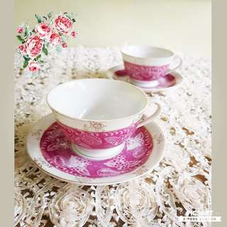 1950s Vintage Porcelain Cups and Saucers with Pink Floral Motif. Good Condition, no chip no crack and might have very little fading at pink portion. 2 cups + 2 saucers for $10.  Sms 96337309.