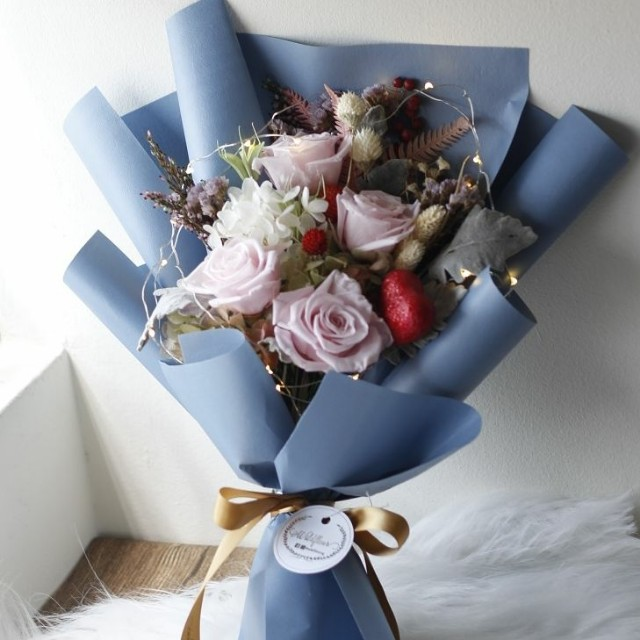 Preserved flowers bouquet with fairy lights, Gardening on Carousell