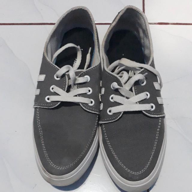 Sepatu murmer