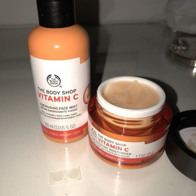 The Body Shop Vitamin C Energizing face mist & glow boosting moisturizer