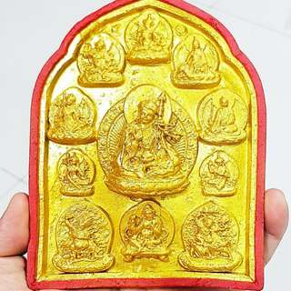 莲师八变擦擦  莲花生大师是十方三世诸 佛的总集。念莲师心咒等于念诵所有佛的心咒,念莲师心咒等于念诵财神、本尊、空行、护法的所有心咒,利益无边。莲师有八种变化身,又称莲师八相,或莲师八名号等。  属于十方三世诸佛的总集  莲师有八种变化身