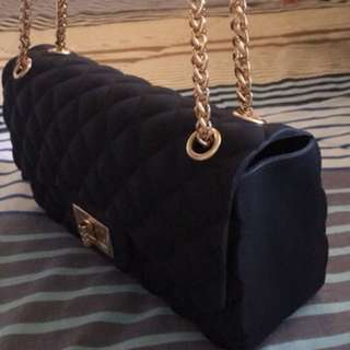 I'm selling this never use chain bag.. great for party, occasions