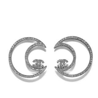 Chanel 雙C水晶月亮形耳環