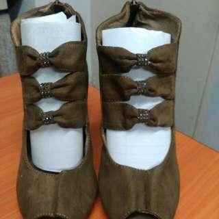"Brown Gamusa 3"" hills shoes"