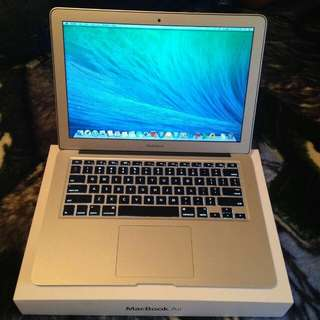 Mint Condition MacBook Air 13 inch with Full box to let go