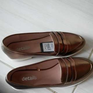 Sepatu Gold Details