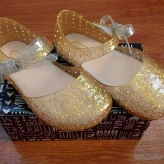 Mini Melissa Furadinha X with lights scented with box   In stock: 25/15cm - Glitter White 26/15.5cm - Gold 27/16cm - Peach 28/16.5cm - Peach 29/17cm - Glitter White 30/17.5cm - Gold  For sure buyers, please send pm. Limited stocks only.