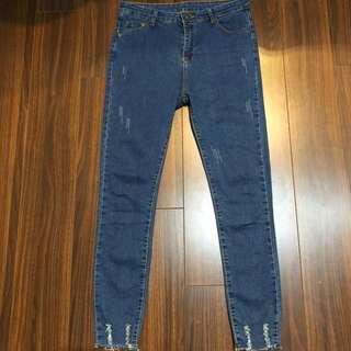 刷色褲腳破設計窄管牛仔褲