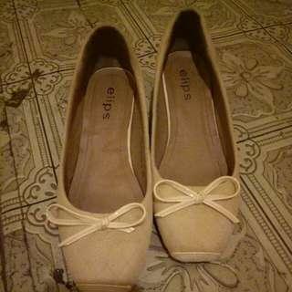 Di jual elips shoes,  di pake cuma 2x sisanya bosen, minus dusnya ilang tapi barang bagus