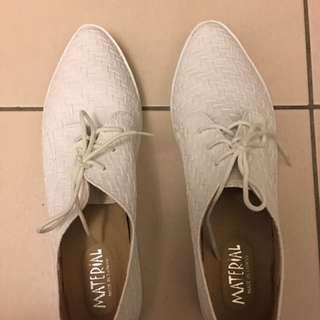 白色編織紋休閒鞋全新只要150元