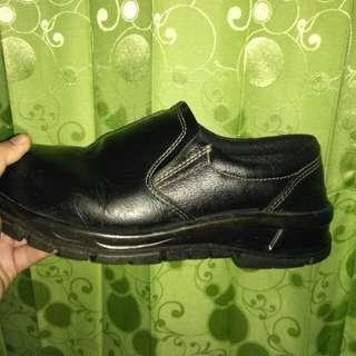 Sepatu safety komo