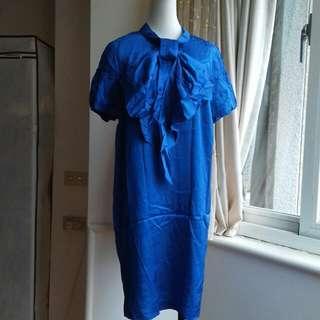 iROO 亮麗寶藍 大蝴蝶結落肩寬鬆洋裝