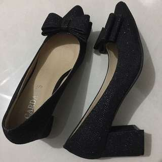 Nice shoes, never been used.  I am size 35. No box.