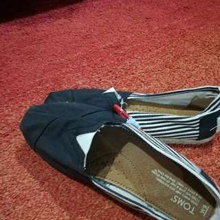 Authentic TOMS size 9