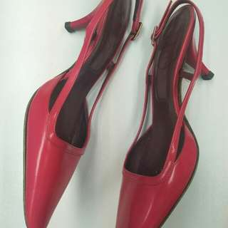 ROGER VIVIER SIZE 36.5 (I AM US 6 AND IT FITS OK)