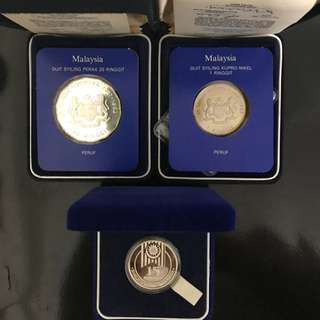 3 Pcs Lot Commemorative Coins! Helping A Poor Old Folk To Clear, 3 Pcs Lot Malaysia Proof Coins, 1982 RM25, 1989 RM15 & 1982 RM1 Commemorative Proof Coin. Unsure About Market, 3 Pcs Lot  To Go At $150, All With Box & Cert