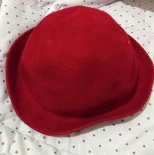 Topi merah
