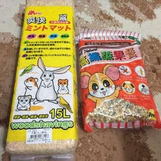 木屑5包 + 鼠飼料1包 (另外加碼剩下各半包飼料及木屑)