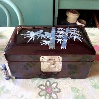 漆木貝殼雕竹鳥圖案音樂首飾盒一個。