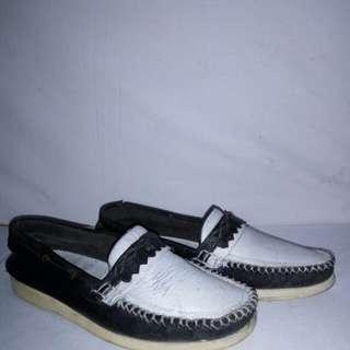 Sepatu slip on santai