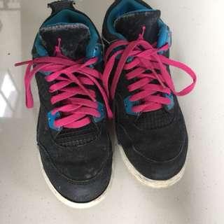 Sepatu jordan anak Dari America made in China beli $110 ada bagian lidahnya udh terkelupas ada di fotonya