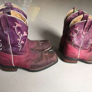 Sepatu boots cowboy Kulit asli beli di America made in Mexico msh kuat dan Bagus klo di bersihkan ada 2 pasang