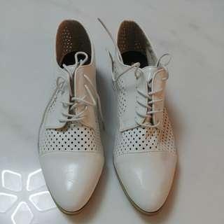 白色尖頭皮鞋