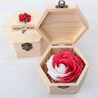 [送禮之選] 華麗香皂玫瑰*雪花紅 配木製禮盒