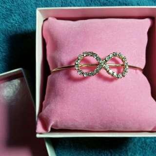 Preloved infity bracelet (white)
