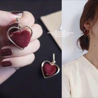 酒紅色心心金框耳環