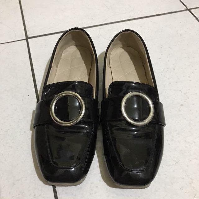 大尺碼方頭圓釦漆皮平底鞋