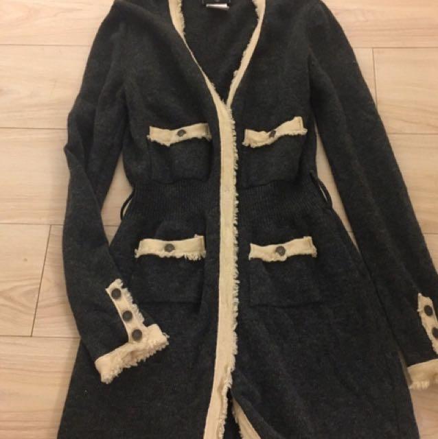 深灰米敷配色 經典香奈兒 款 小香風 Chanel 長版針織毛呢料保暖 外套 洋裝   尺碼.   均碼 彈性好 S~L都能穿 超值出清。