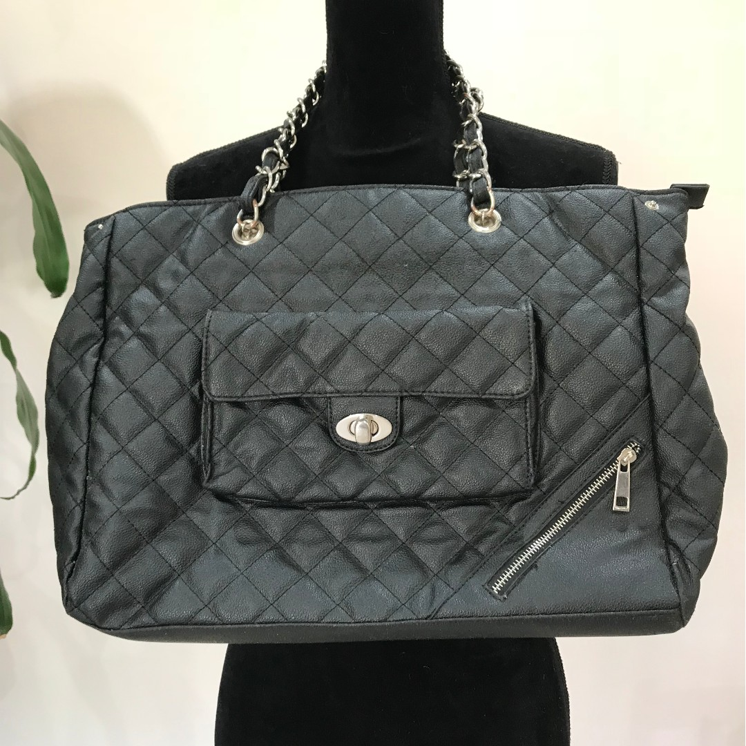 CUTE FOREVER NEW Black Quilted Hand Bag