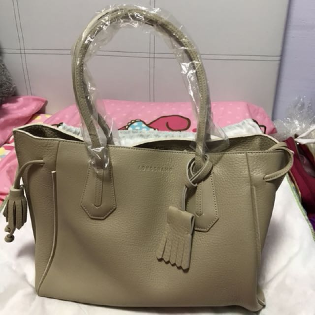 60835f02f Longchamp Penelope leather medium Long Handle tote bag in grey beige  colour, Women's Fashion, Bags & Wallets on Carousell