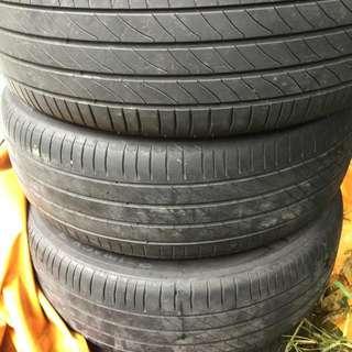 馬自達MPV16吋米其淋輪胎四條,約七八成新,四條3000元,含鋁圈附送,意者電聯,0926200778蔡