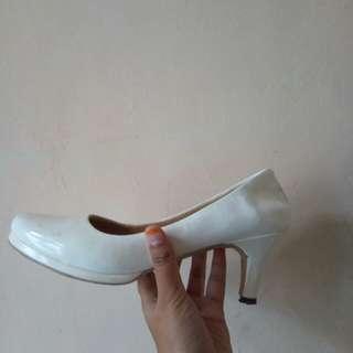 Sepatu putih cocok buat kerja atau formal. Size 39
