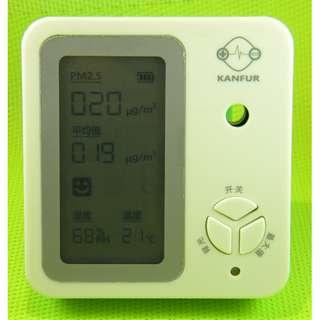 PM2.5 濃度檢測器 同時顯示溫度濕度 內置鋰電池輕巧易攜帶 室內外使用