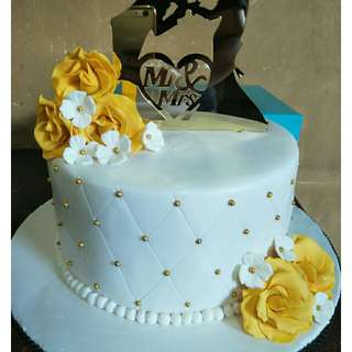 Wedding cake&cupcakes in yellow gold