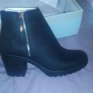 Boohoo black & gold ankle chelsea zip up tassel boots