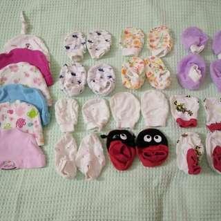 BUNDLE OF BABY MITTENS, SOCKS & HAT