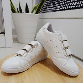 Sepatu / sneaker