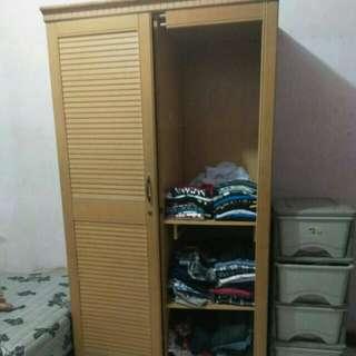 Dua buah lemari pakaian