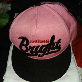 Topi pink hitam