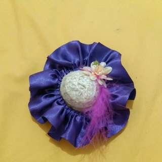 Kepit topi putih ungu