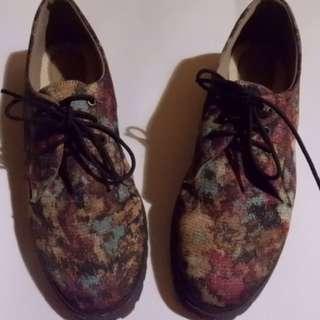 Sepatu Motif