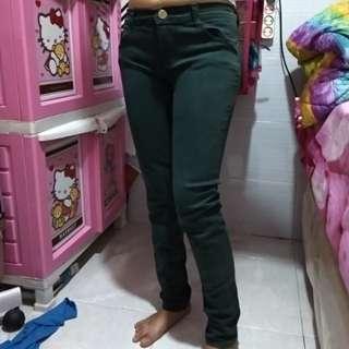 Celana hijau tua