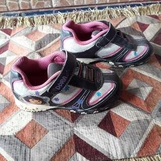 Sepatu karakter dora size 26