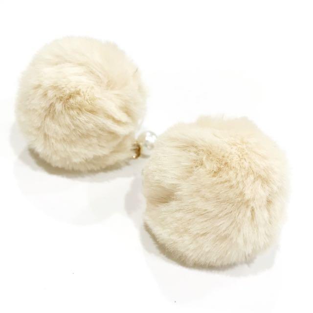 米色兔毛球珍珠耳環 #冬天必備