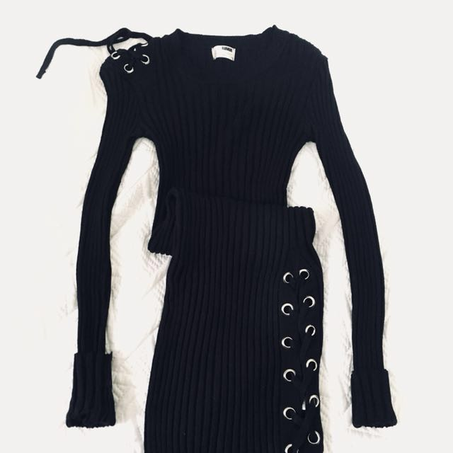 Ribbed, bodycon dress w lace up slit
